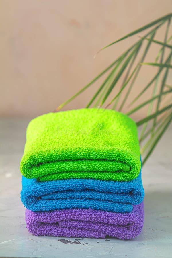 Bellezza dell'asciugamano della STAZIONE TERMALE e concetto di rilassamento immagini stock