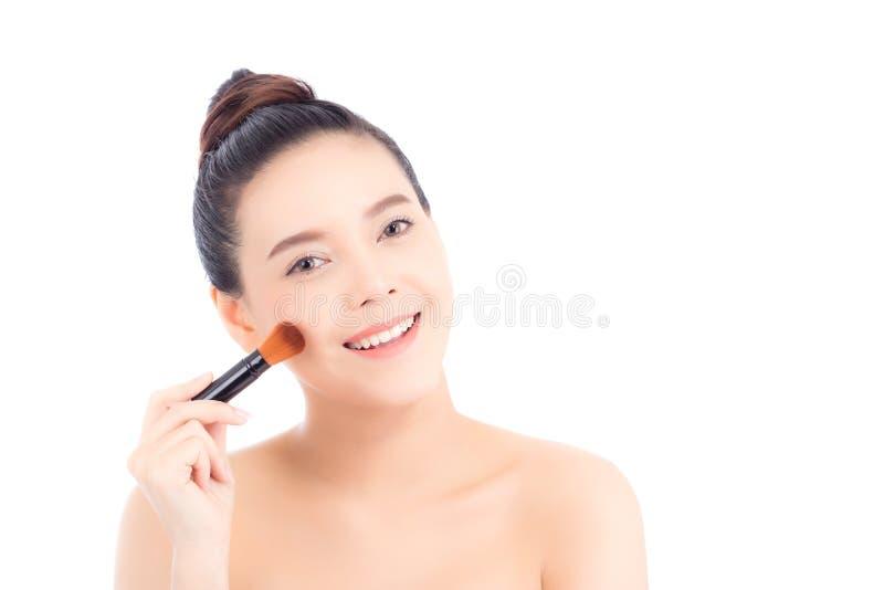 Bellezza della donna asiatica del ritratto che stende il trucco con la spazzola del ch fotografia stock libera da diritti
