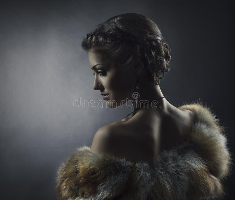 Bellezza della donna, pelliccia della volpe, bella retro ragazza immagini stock