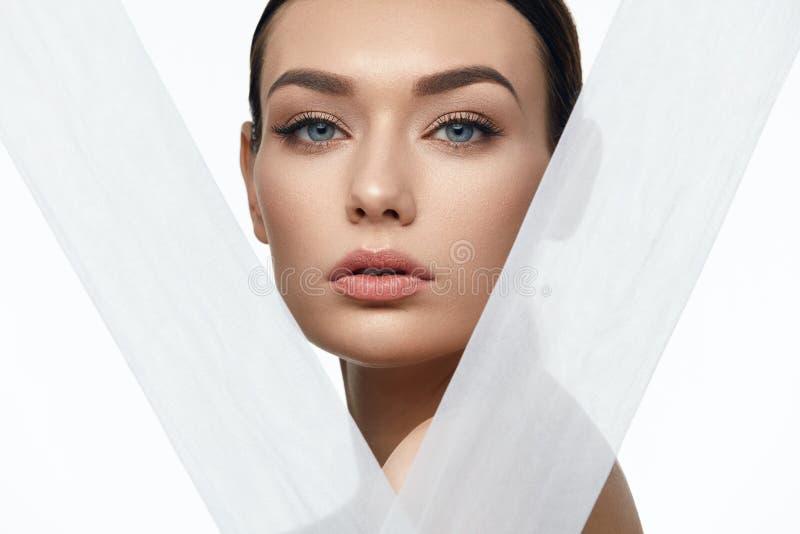 Bellezza della pelle del fronte Bella donna con trucco naturale immagini stock libere da diritti