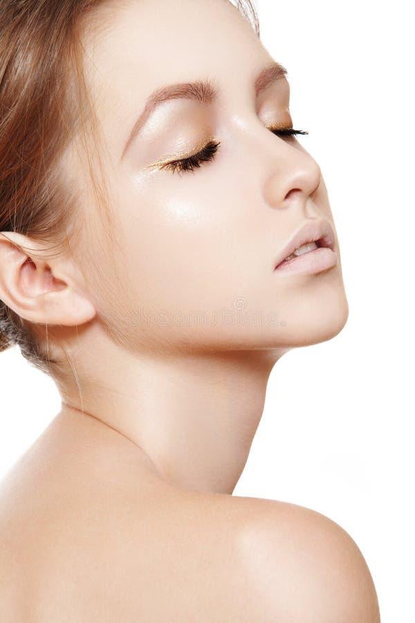 Bellezza della stazione termale, wellness, cura di pelle. Pulisca il fronte femminile immagine stock