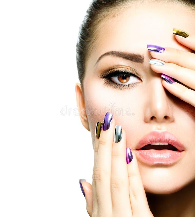 Bellezza di modo. Manicure e trucco fotografia stock libera da diritti