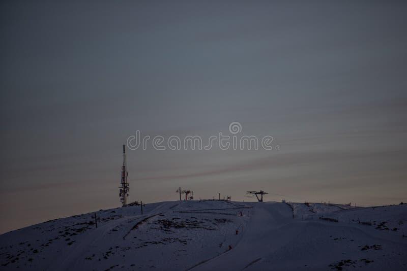 Bellezza di primo mattino Vacanza invernale nelle montagne, nella bella vista, nella neve e nella corsa con gli sci fotografia stock libera da diritti