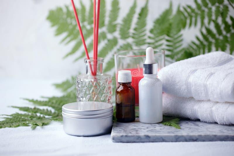 Bellezza e concetto di modo con l'insieme della stazione termale sul piatto di marmo, sale marino, olio dell'aroma, bastone dell' immagini stock