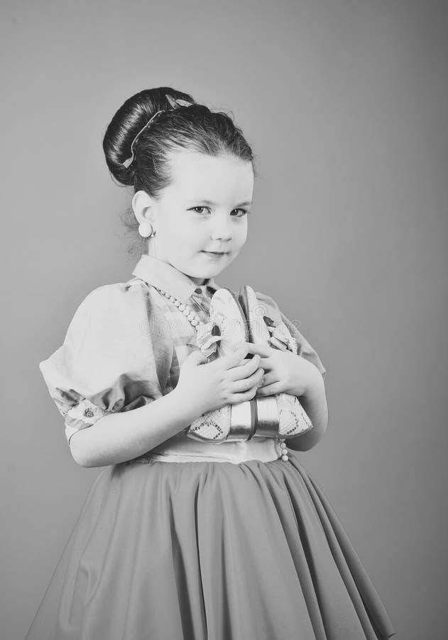 Bellezza e modo nello stile del pinup, infanzia bellezza e salone di capelli fotografia stock
