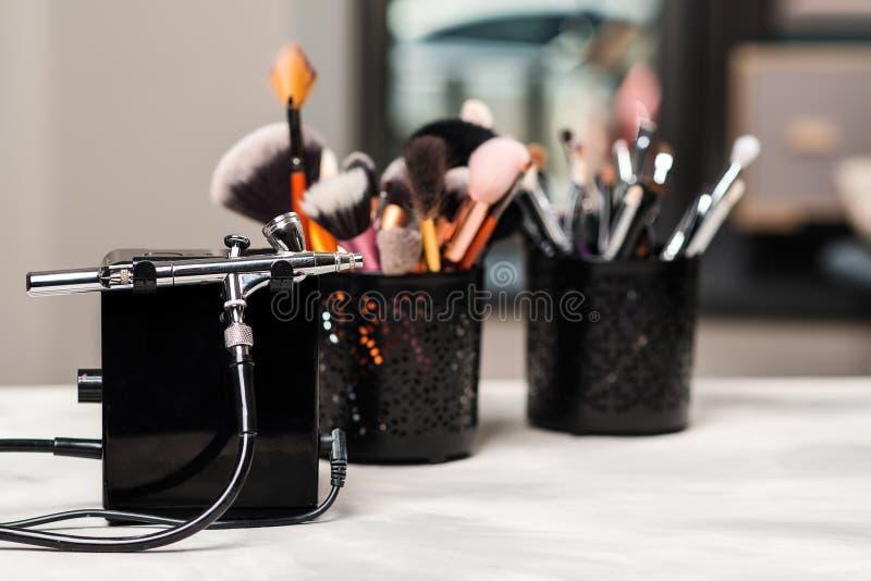 Bellezza e modo Strumenti e spazzole di trucco sul posto di lavoro dell'artista Prodotti di bellezza impostati Trattamento del sa fotografia stock