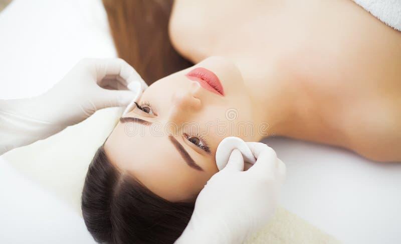 Bellezza e salone della stazione termale Labbra perfette Primo piano sexy della bocca della ragazza Sia immagine stock libera da diritti
