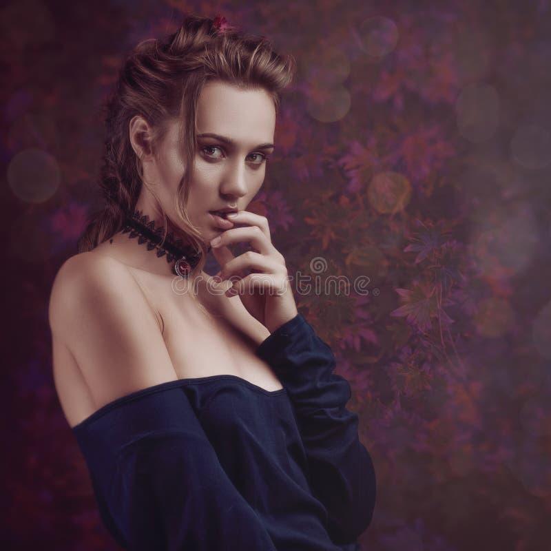 Bellezza floreale Ritratto femminile con i fiori come fondo immagini stock