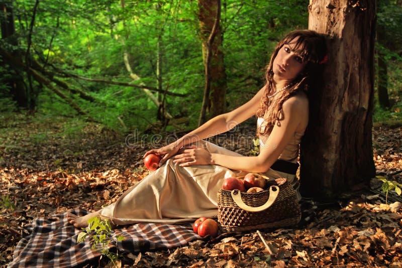 Bellezza in foresta con le mele rosse immagini stock libere da diritti