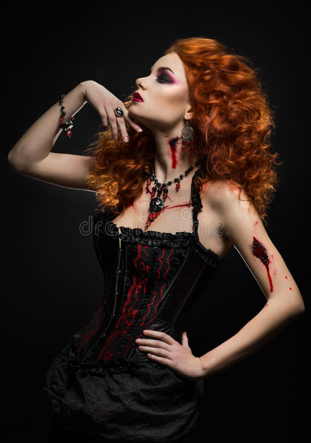 Bellezza gotica della testarossa con le ferite fotografie stock libere da diritti
