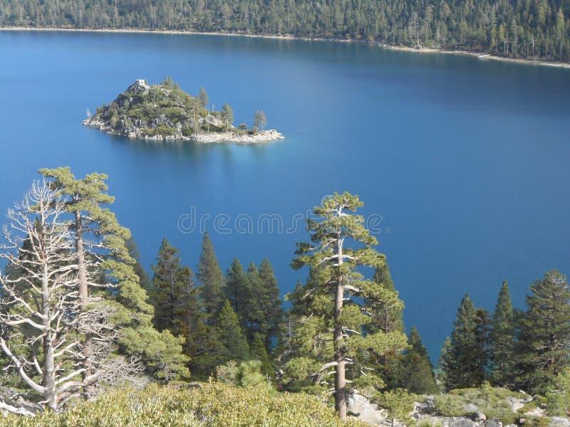 Bellezza il lago Tahoe del ` s di Dio alla chiara acqua blu di Emerald Bay Crystal fotografia stock libera da diritti