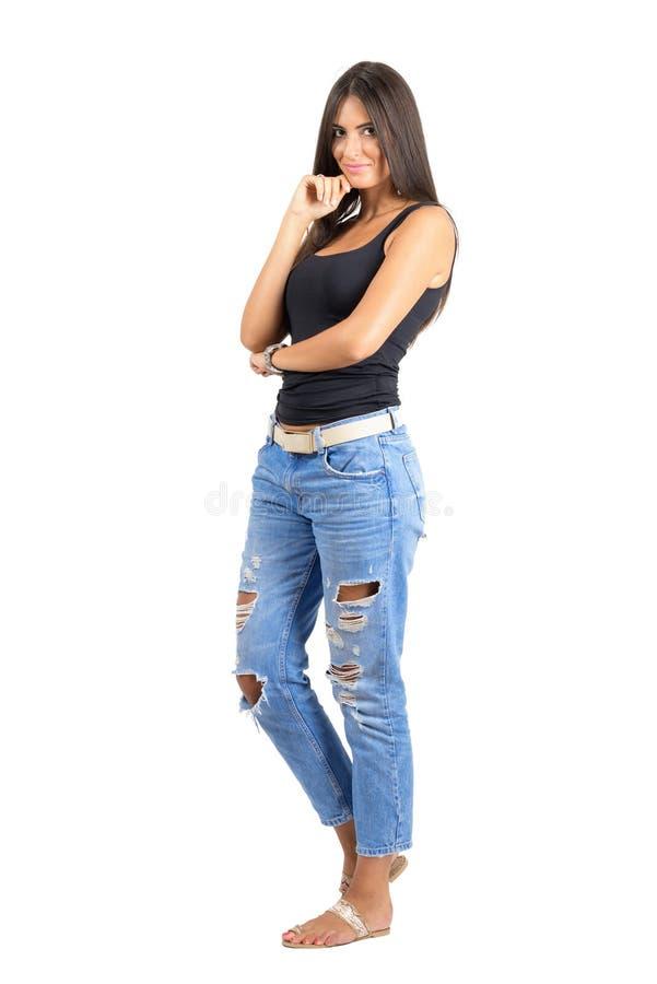 Bellezza ispanica timida giovane in abbigliamento casual che esamina macchina fotografica fotografia stock libera da diritti