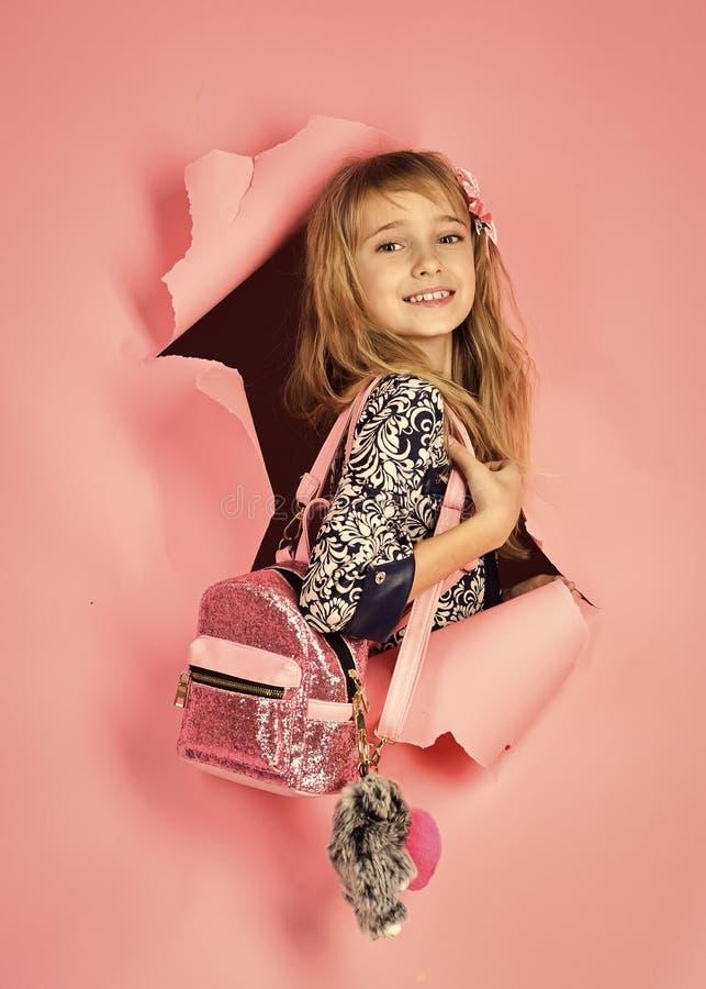 Bellezza, modo del bambino, cosmetici, capelli sani Ragazza alla moda con il fronte grazioso su fondo grigio Parrucchiere e casua fotografie stock