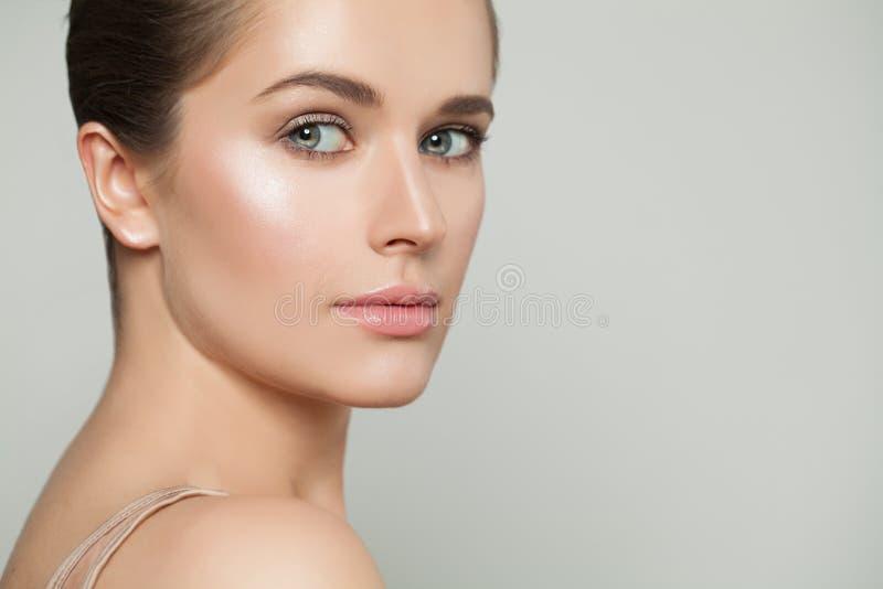 Bellezza naturale Bella donna in buona salute con chiara pelle Skincare e concetto facciale di trattamento fotografia stock libera da diritti