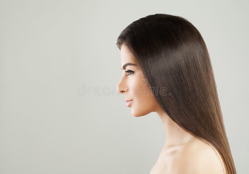 Bellezza naturale della donna castana sveglia immagini stock libere da diritti