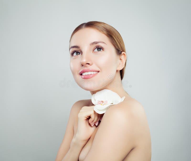 Bellezza naturale della stazione termale Giovane donna con pelle sana fotografia stock