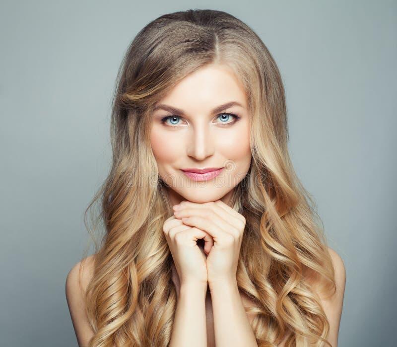 Bellezza naturale Donna bionda con capelli ricci sani lunghi e chiara pelle Concetto facciale di trattamento, dello skincare e di fotografia stock libera da diritti