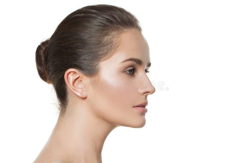 Bellezza naturale Donna graziosa isolata su priorit? bassa bianca Bello profilo femminile immagine stock libera da diritti