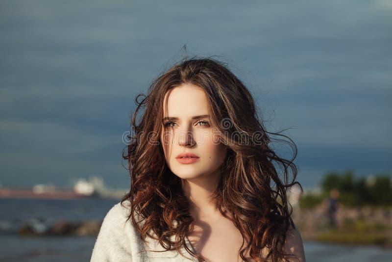 Bellezza naturale Donna piacevole con capelli ricci lunghi immagini stock libere da diritti
