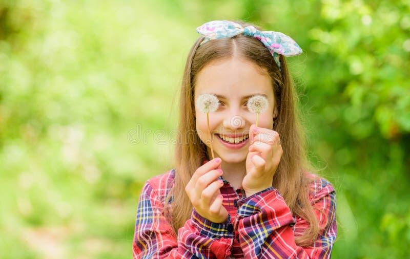 Bellezza naturale Felicit? di infanzia bambina e con il fiore del taraxacum blowball felice della tenuta del bambino Dente di leo fotografia stock libera da diritti