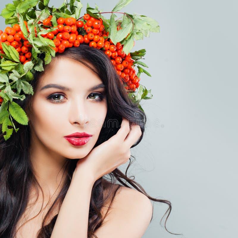 Bellezza naturale Giovane donna sveglia con trucco immagini stock libere da diritti