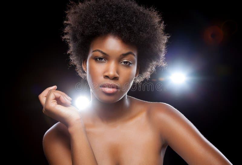Bellezza nera che gode di uno stile di vita del partito fotografia stock
