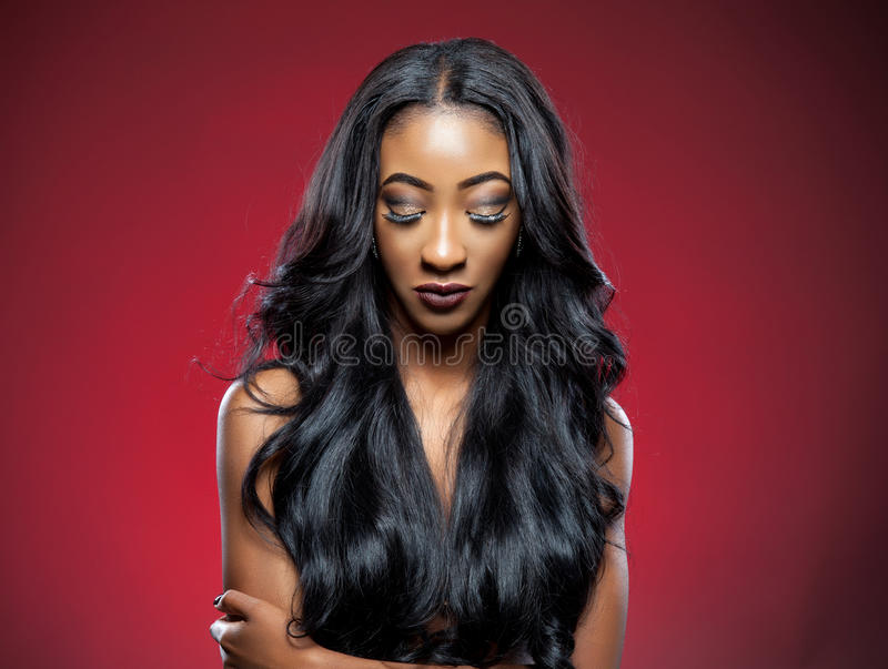 Bellezza nera con capelli ricci eleganti fotografie stock libere da diritti