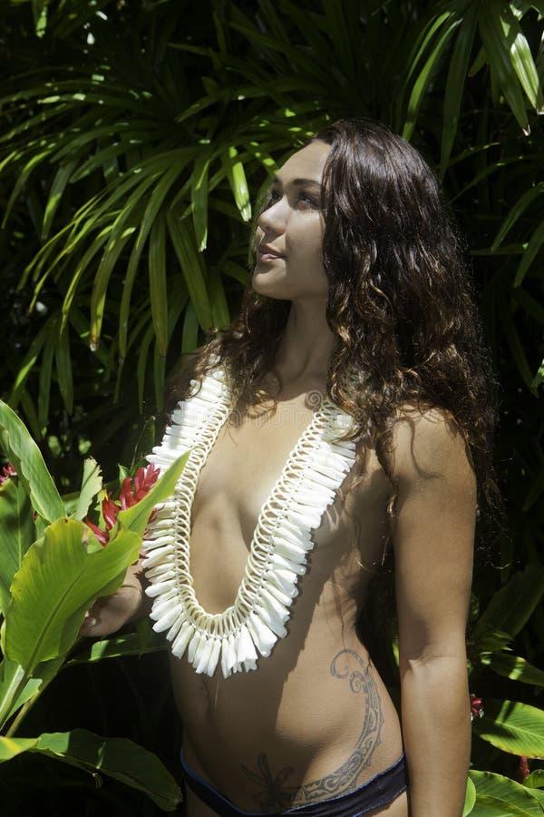 Bellezza polinesiana nel suo giardino fotografia stock