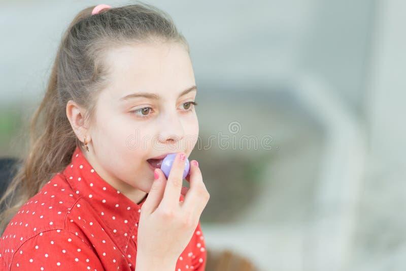 Bellezza pura Ragazza di bellezza che mette sul trucco del balsamo di labbro Sguardo di bellezza di piccola ragazza adorabile Pic fotografie stock libere da diritti
