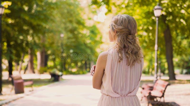 Bellezza riccio-dai capelli ansiosa che guarda in avanti al suo ragazzo, sensibilità tenere immagini stock libere da diritti