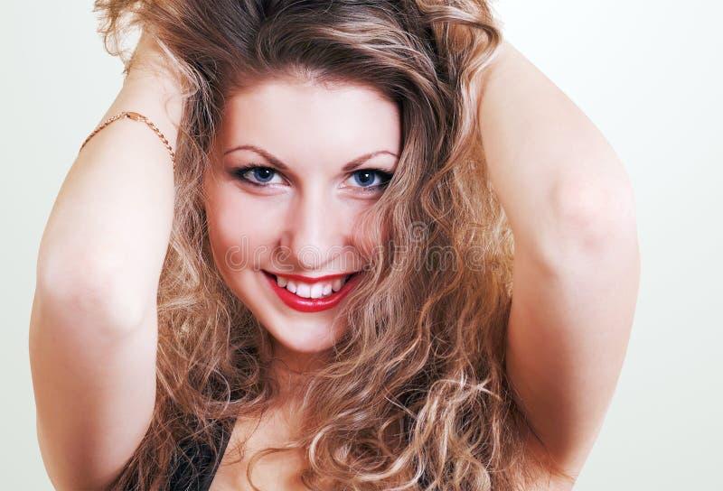 Bellezza sorridente con capelli lunghi immagini stock libere da diritti
