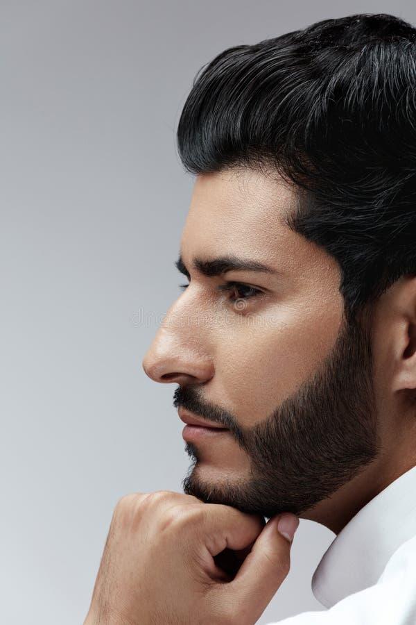 bellezza Uomo con stile di capelli ed il ritratto della barba Maschio bello fotografia stock libera da diritti
