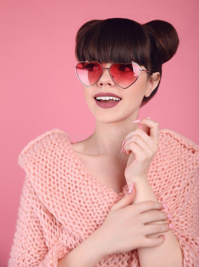 Bellezza wow Modello teenager della ragazza di sorpresa di modo Castana nel cuore fotografie stock libere da diritti