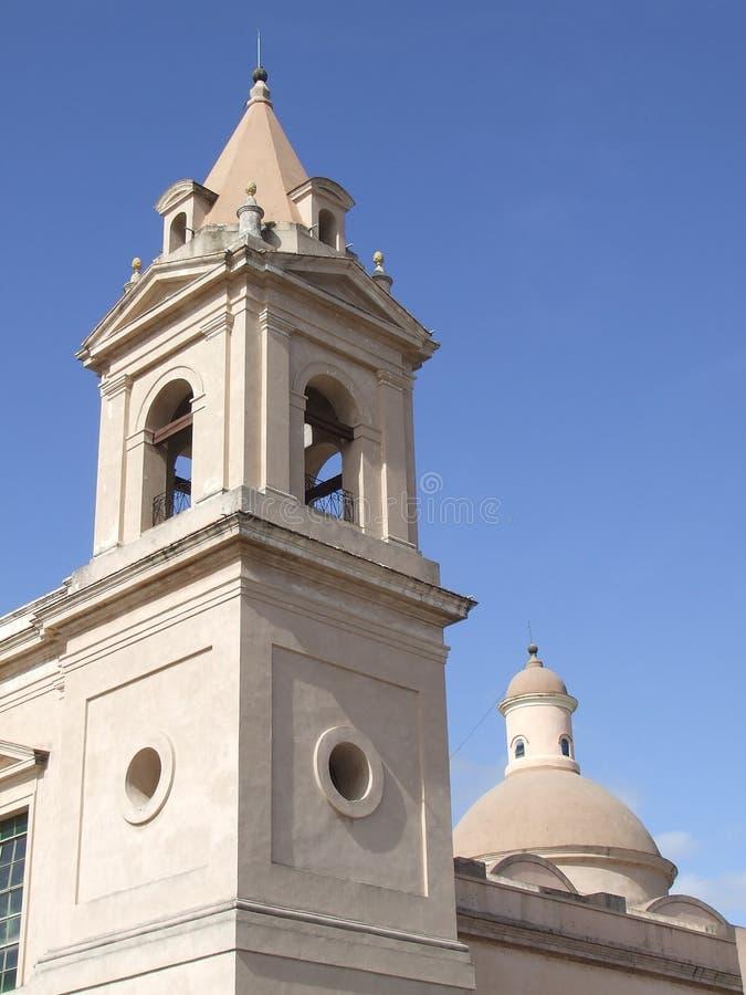 Bellfry de la iglesia de Pedro Apostol imagen de archivo