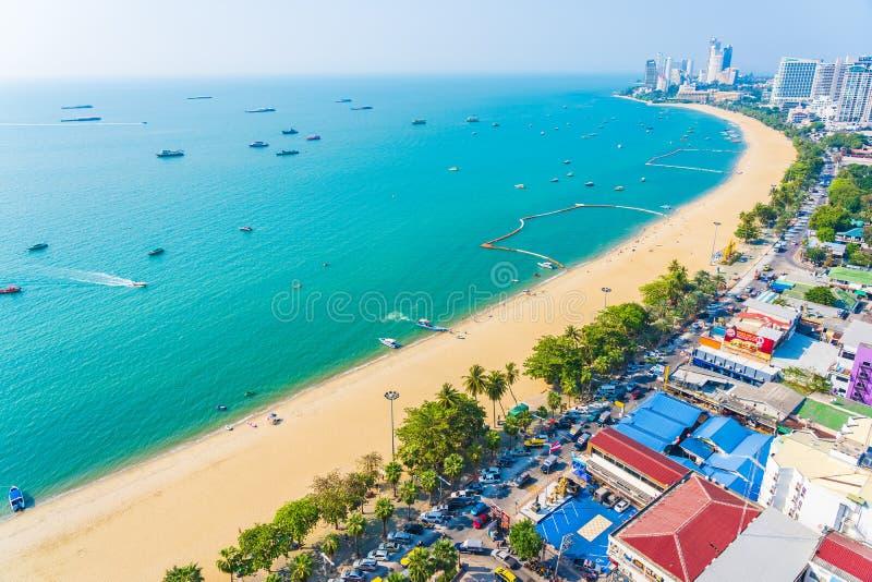 Bellissima baia tropicale oceanica e edificio architettonico a Pattaya City Thailandia fotografia stock libera da diritti