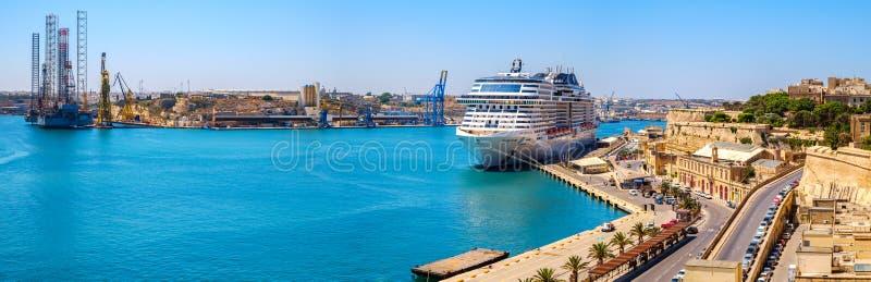 Bellissima do navio de cruzeiros CAM no porto de Valletta fotos de stock royalty free