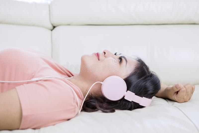 Bellissima donna asiatica che ascolta canzoni rilassanti immagine stock