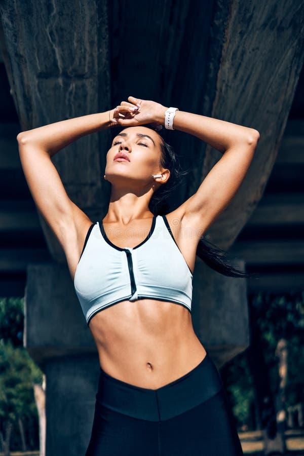 Bellissima donna sportiva che si gode la mattina d'estate all'aperto immagini stock libere da diritti