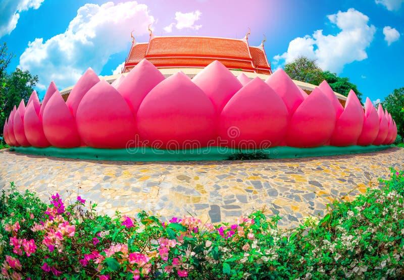 Bellissima esplosione o chiesa di Wat Muang per le persone che pregano e visitano con le nuvole in fiore e cielo all'aperto ad An fotografia stock libera da diritti