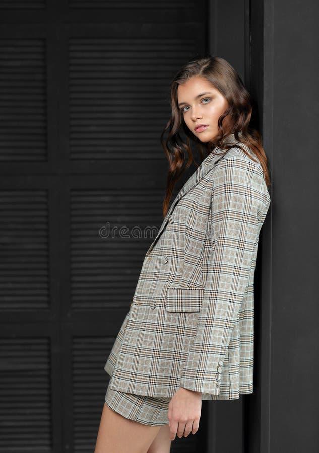Bellissima modella di moda in costume da lavoro fotografia stock