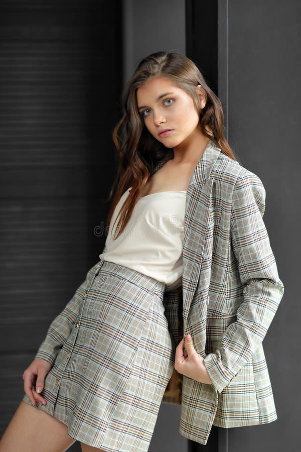 Bellissima modella di moda in costume da lavoro fotografia stock libera da diritti