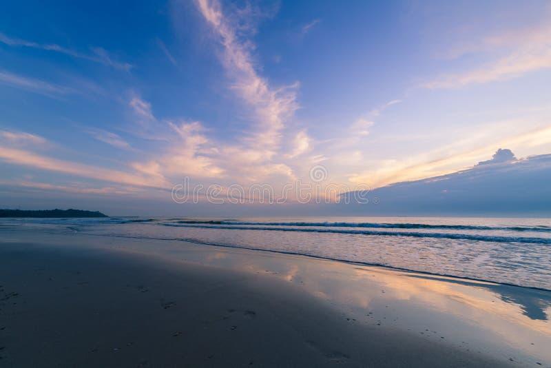 Bellissima nuvolosità sulla Sunrise sulla spiaggia di Khanom, Nakhon Si Thammarat immagini stock