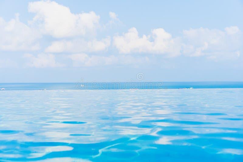 Bellissima piscina all'infinito all'aperto con la vista dell'oceano marino intorno al cielo di nuvola bianca fotografia stock