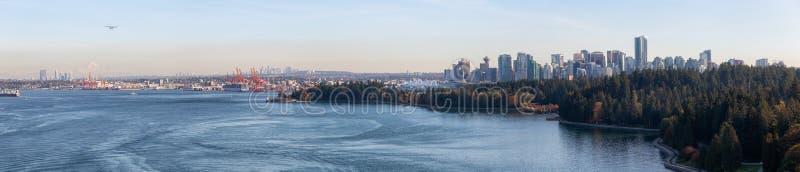 Bellissima vista panoramica aerea di Seawall a Stanley Park con centro immagini stock libere da diritti