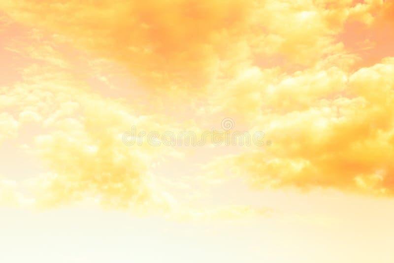 Bellissime nuvole bianche sullo sfondo naturale del cielo azzurro Tonato fotografia stock libera da diritti