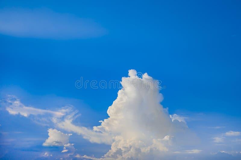 Bellissimo cielo blu con sfondo nuvoloso Cielo con nuvole meteorologiche nuvolosità blu fotografia stock libera da diritti