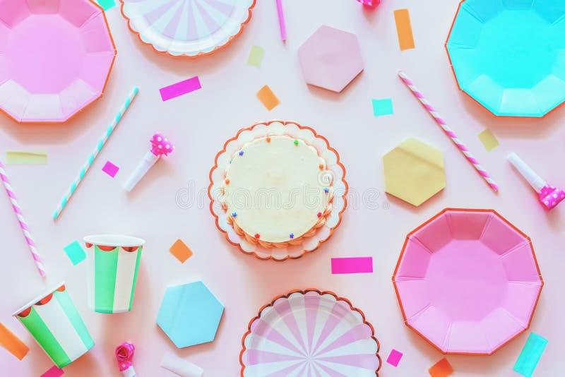 Bellissimo decorato con un tavolo festivo per un compleanno fotografie stock libere da diritti
