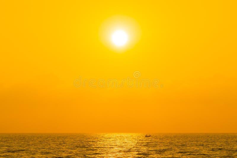 Bellissimo panorama dell'oceano marino sul cielo con il tramonto o l'alba immagine stock libera da diritti