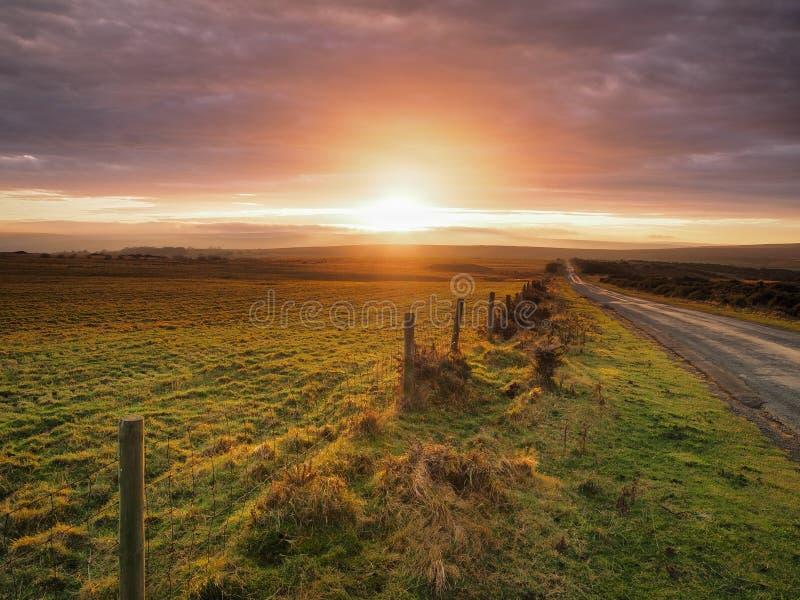 Bellissimo tramonto che illumina le nuvole su Danby Moor, parco nazionale dei Moors di New York immagini stock libere da diritti