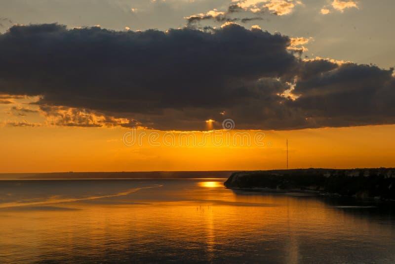 Bellissimo tramonto drammatico a cape Kaliakra, Mar Nero, Bulgaria fotografie stock libere da diritti